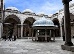 Внутренний двор мечети Шехзаде Мехмет в Стамбуле