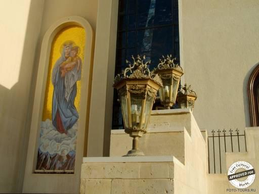 Коптская ортодоксальная церковь. Светильники на фасаде Коптской ортодоксальной церкви