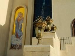 Светильники на фасаде Коптской ортодоксальной церкви