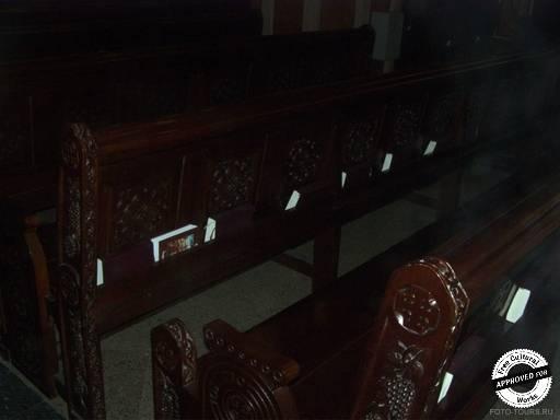 Коптская ортодоксальная церковь. Скамьи внутри  Коптской ортодоксальной церкви