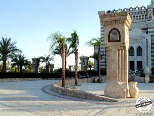 Мечеть Эль-Мустафа. Двор перед главным зданием  мечети Эль-Мустафа