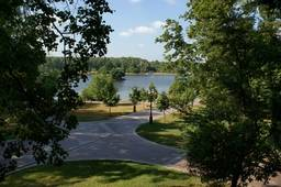 Вид на озеро со стороны дворца
