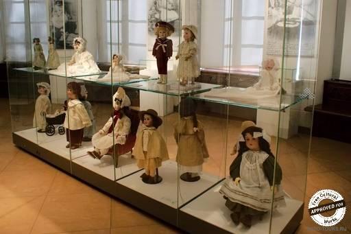 Стенд с куклами