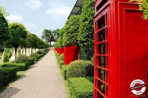 Французский Сад. красные телефонные будки из Англии