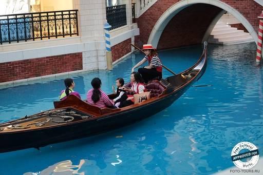 The Venetian Macao. Гондола на канале в The Venetian Macao