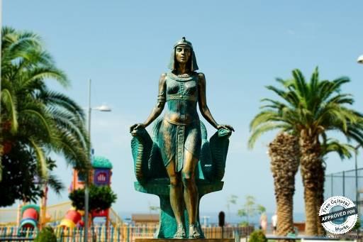 Пляж Клеопатра. Статуя Клеопатры перед входом на пляж