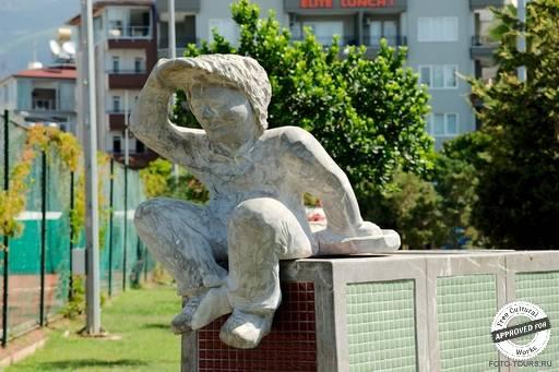 Пляж Клеопатра. Памятник кубику Рубика на пляже Клеопатры