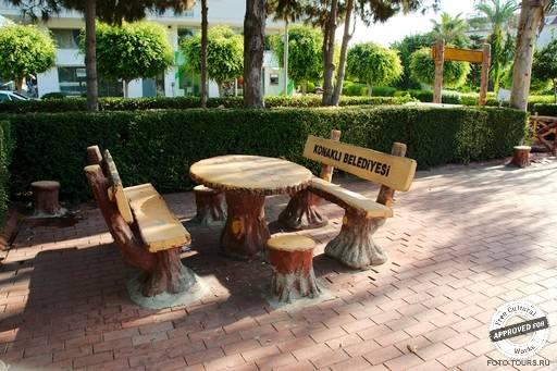 Парк «konakli belediyesi». Столик со скамейками в парке «konakli belediyesi»