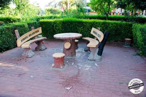 Парк «konakli belediyesi». Столик со скамейками после люмпенов  в парке «konakli belediyesi»