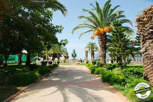 Пляж Клеопатра. Сквер перед входом на пляж Клеопатры
