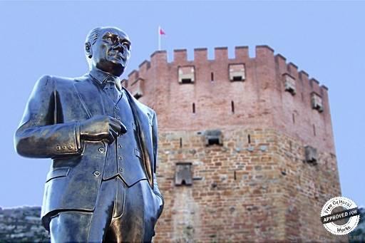 Кызыл Куле. Памятник Ататюрку около Красной башни