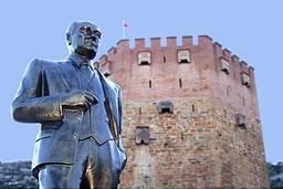 Памятник Ататюрку около Красной башни