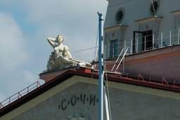 Скульптуры украшающие здание вокзала