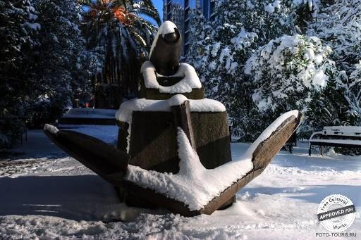 Монумент «Якорь и пушка». Монумент «Якорь и пушка» зимой.