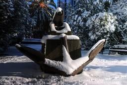 Монумент «Якорь и пушка» зимой.