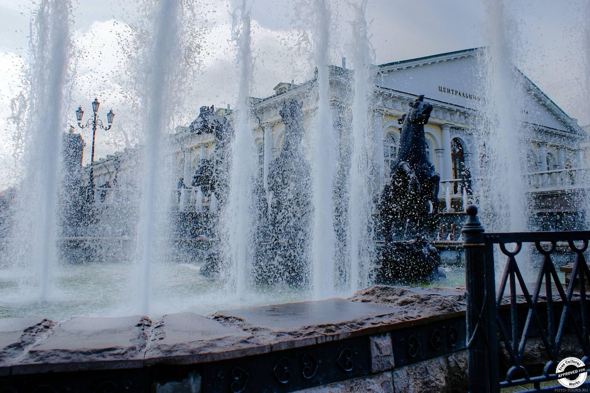 Искусственное русло Неглинки в Александровском Саде, Москва, Россия.