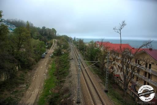 АКВАЛОО. Железная дорога. Вид с моста между корпусами и пляжем