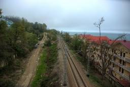 Железная дорога. Вид с моста между корпусами и пляжем