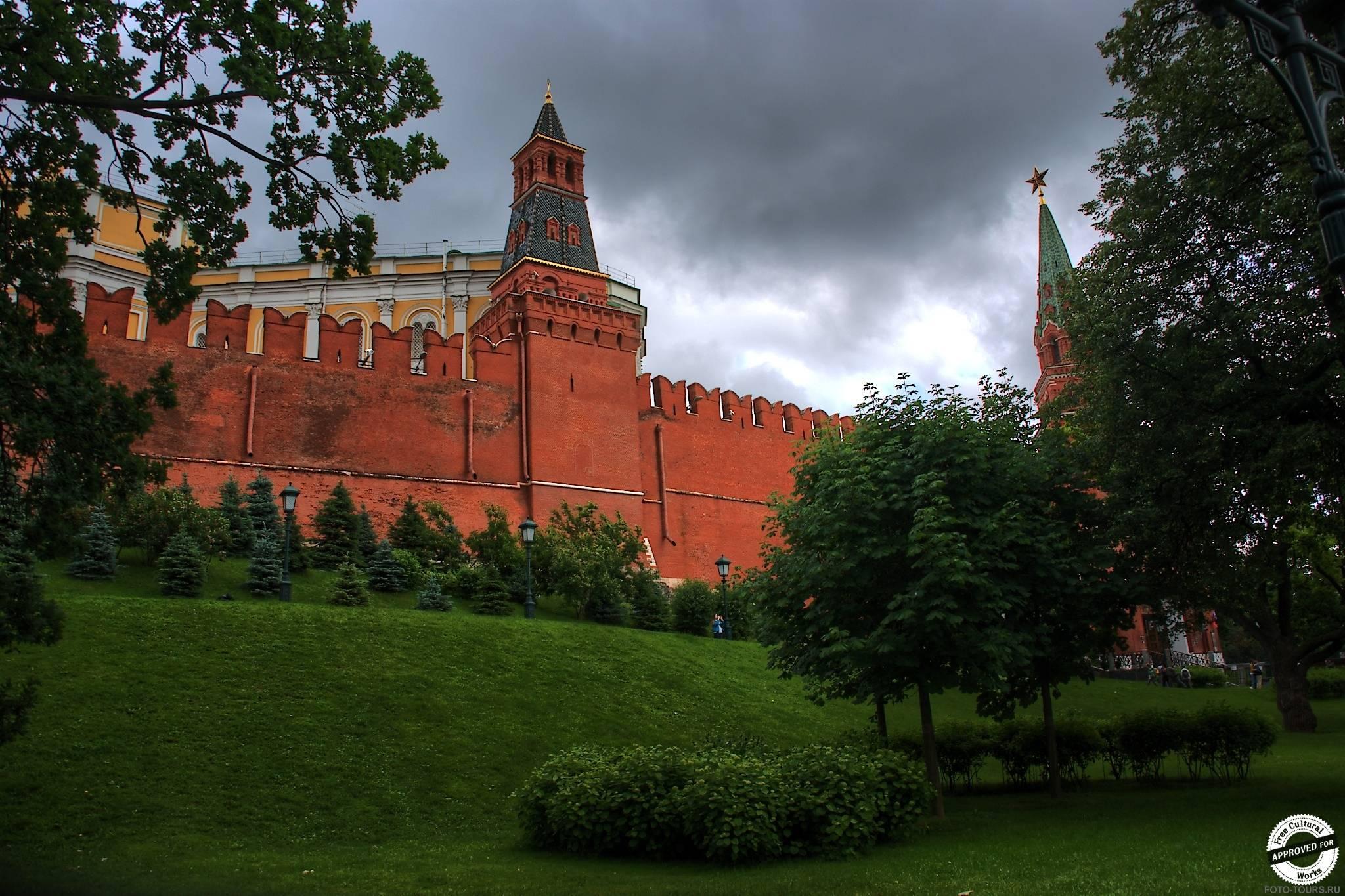 Стены московского кремля в Александровском Саде, Москва, Россия.