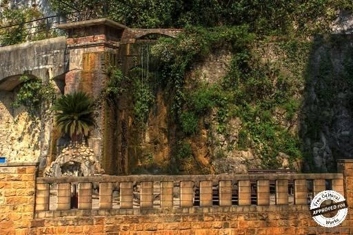 Искусственный водопад. Левый берег искусственного водопада