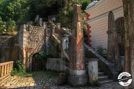 Искусственный водопад. Правый берег искусственного водопада. Каменная лестница к озеру.