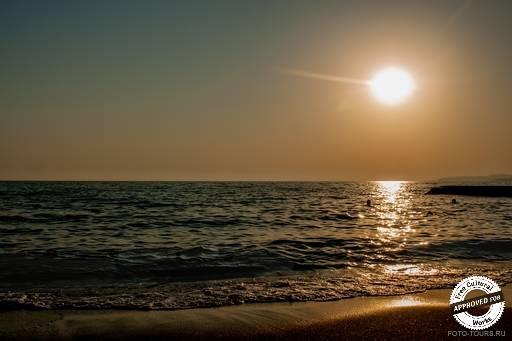 Черное море у берегов Абхазии. Золотой закат на Черном море