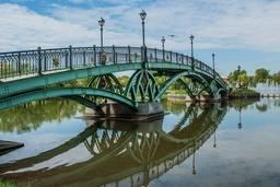 Арочный мостик к фонтану