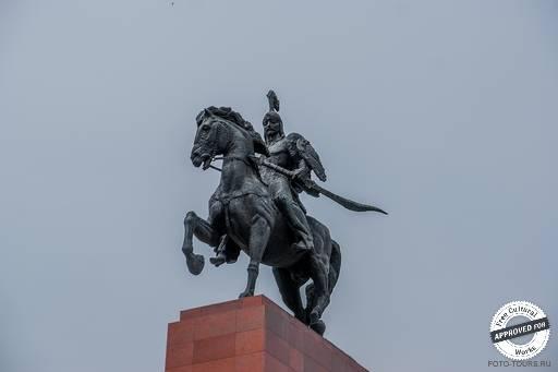 Памятник Манасу в Бишкеке.