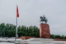 Памятник Манасу перед зданием исторического музея