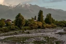 Река Ала-Арча на фоне гор