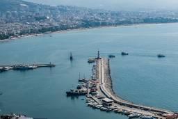 Вид на маяк в порту Аланья с высоты крепости