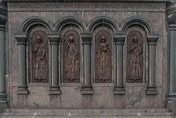 Барильеф на боковой поверхности постамента памятника
